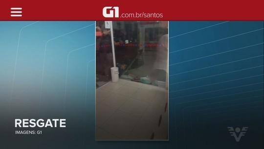 Criança é resgatada após ficar entalada entre paredes de vidro em Santos