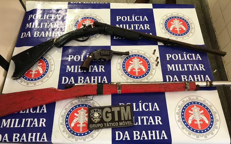 Armas longas foram apreendidas com dupla de traficantes na cidade de Glória (Foto: Divulgação/ SSP)