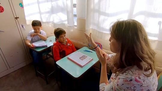 Alunos aprendem Libras e criam jornal com tradução simultânea em Santa Adélia
