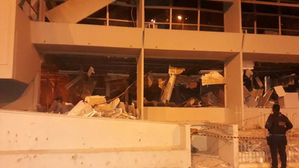 Prédio do banco ficou destruído com o ataque em Lavras da Mangabeira (Foto: Reprodução/TVM)