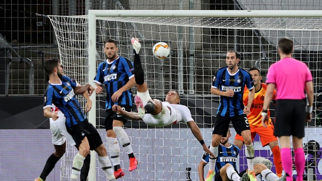 Brasileiro Diego Carlos faz, de bicicleta, o terceiro gol do Sevilla contra a Inter de Milão