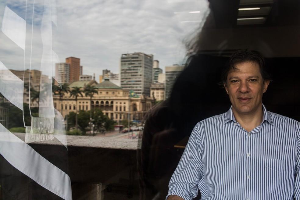 O prefeito de São Paulo Fernando Haddad, posa para foto em seu gabinete na sede da Prefeitura (Foto: Victor Moriyama/G1)