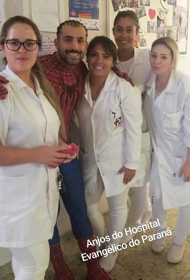 Kaysar posa com funcionários de hospital (Foto: Reprodução/Instagram)