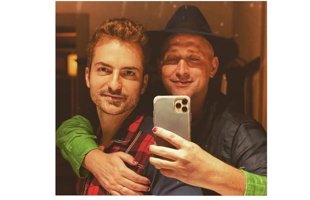 Paulo Gustavo e o marido, Thales Bretas, posaram juntos na noite de Natal (Foto: Reprodução)