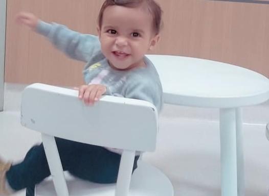 Bebê de 1 ano ingere removedor enquanto família faz faxina