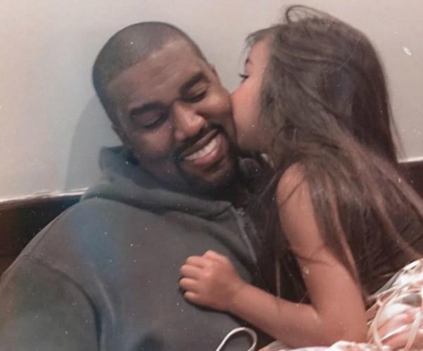 Foto publicada por Kim em que sua filha North aparece ao lado do pai Kanye West  (Foto: Reprodução Instagram)