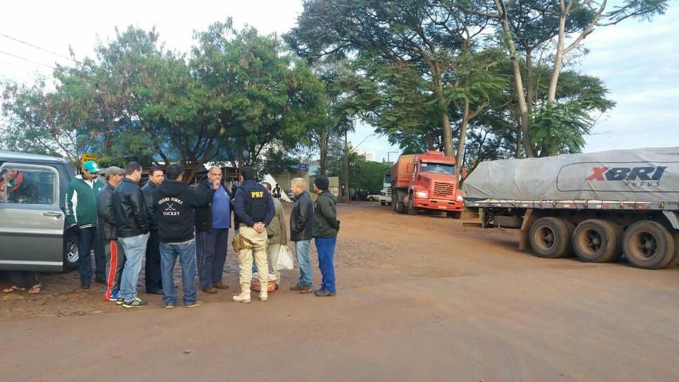 Policial rodoviário federal conversa com manifestantes na manhã desta quinta-feira (24) em Foz do Iguaçu, Ãs margens da BR-277 (Foto: PRF/Divulgação)