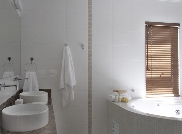 As pastilhas transparentes decoram a banheira cheia de acessórios. Projeto assinado pela arquiteta Flávia Ralston. (Foto: João Ribeiro / Casa e Jardim)