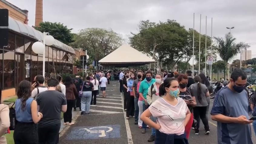 Vacinação contra a Covid-19 para trabalhadores da saúde provoca filas na Swift em Rio Preto