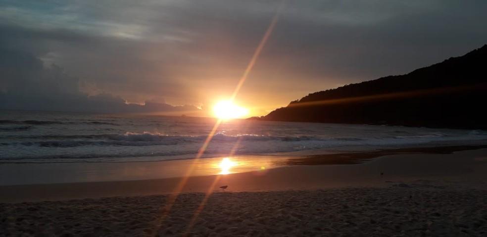 Manhã desta segunda-feira na Praia Brava, em Florianópolis — Foto: Odemar Andrade/ NSC TV