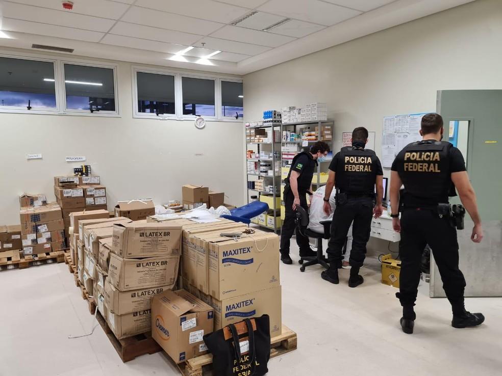 Operação Anestesia - Agentes da PF durante inspeção em medicamentos — Foto: Polícia Federal/Divulgação
