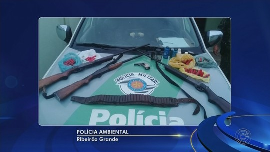 Polícia Ambiental flagra homem com espingardas, garrucha e munições intactas