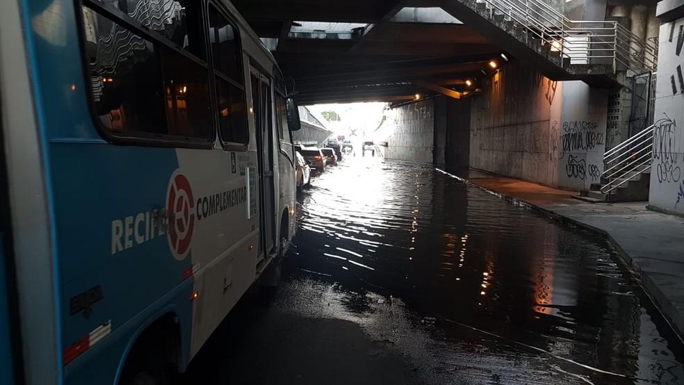 Trânsito lento após alagamento no Túnel da Abolição, no Recife — Foto: Reprodução/WhatsApp