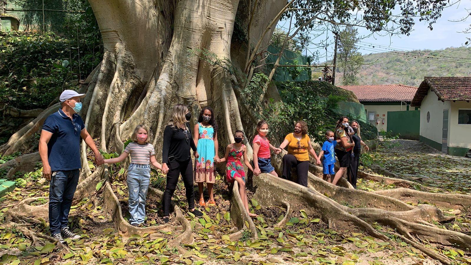 Crianças participam de abraço a figueira bicentenária em Petrópolis, RJ, em ato simbólico pela preservação da natureza
