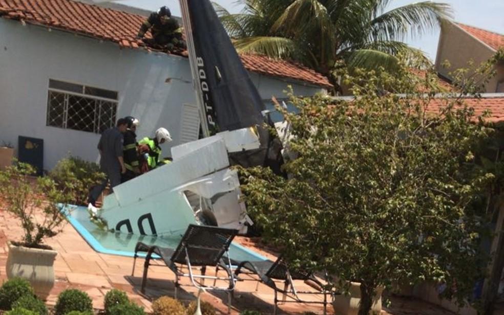 Avião caiu no quintal de uma casa em São José do Rio Preto (SP), após decolar de aeroporto em Tangará da Serra (MT) (Foto: Arquivo Pessoal)