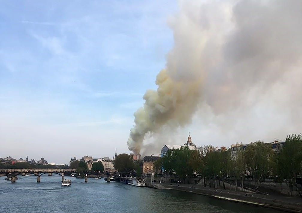 Fogo na Catedral de Notre Dame, em Paris — Foto: AFP/Pierre Galey