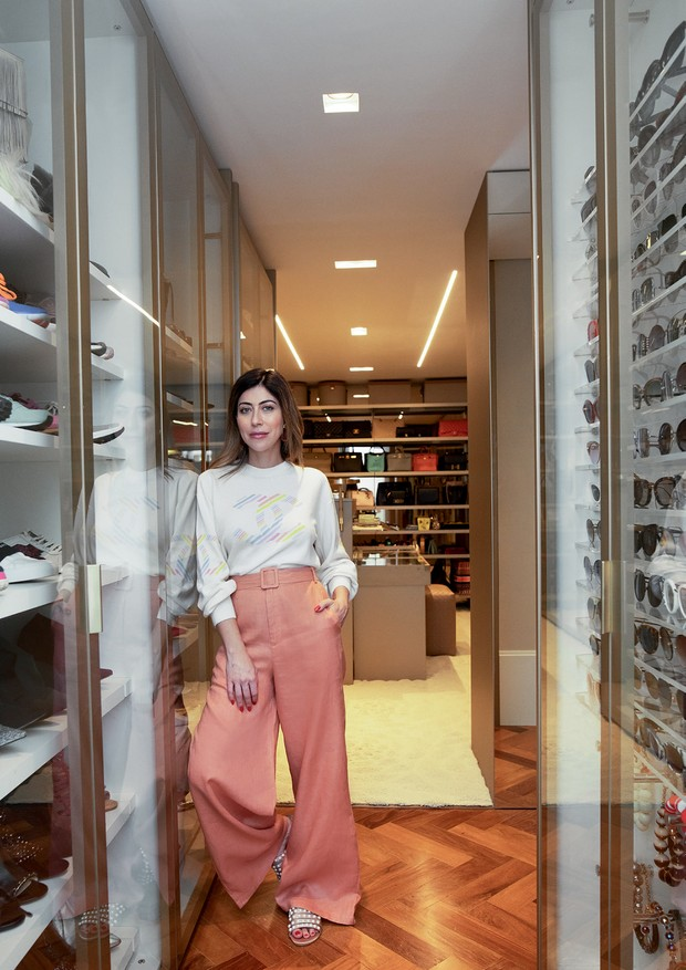 A estilista em seu closet  (Foto: João Viegas e Fran Parente (Divulgação) )