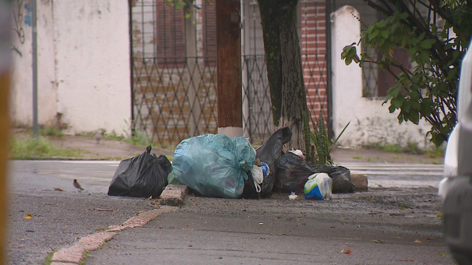 Prefeitura de Porto Alegre anuncia pagamento para que terceirizada retome coleta de lixo na segunda