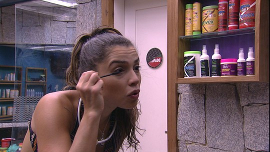 Paula diz enquanto se maquia: 'Olha o cabelo, igual de louca'