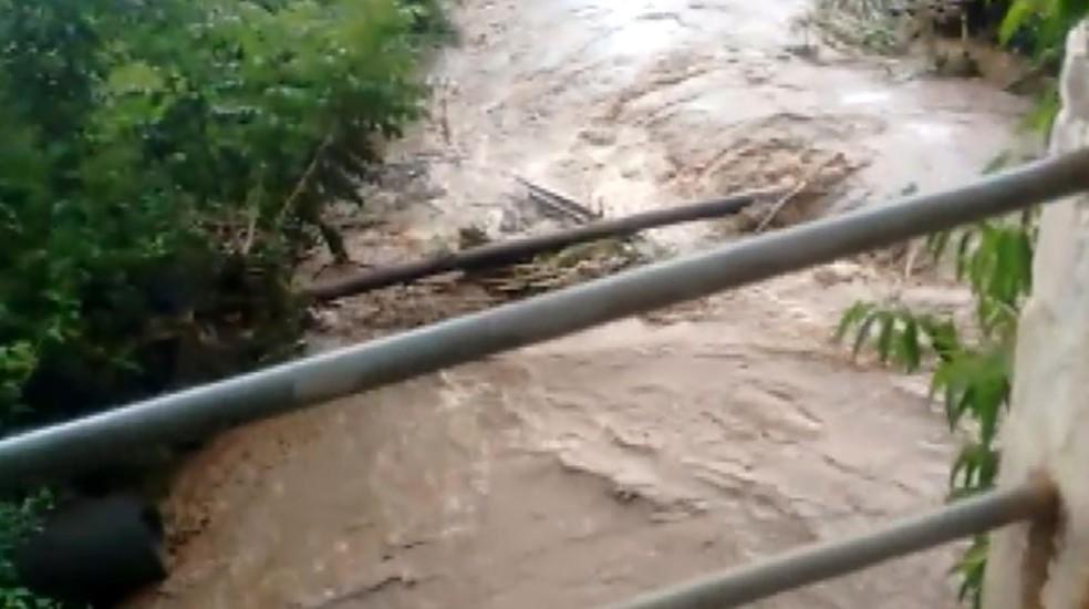 O Rio Corumbataí quase tranbordou na ponte na Avenida 3 com a rua 1 (Foto: Reprodução/ EPTV)