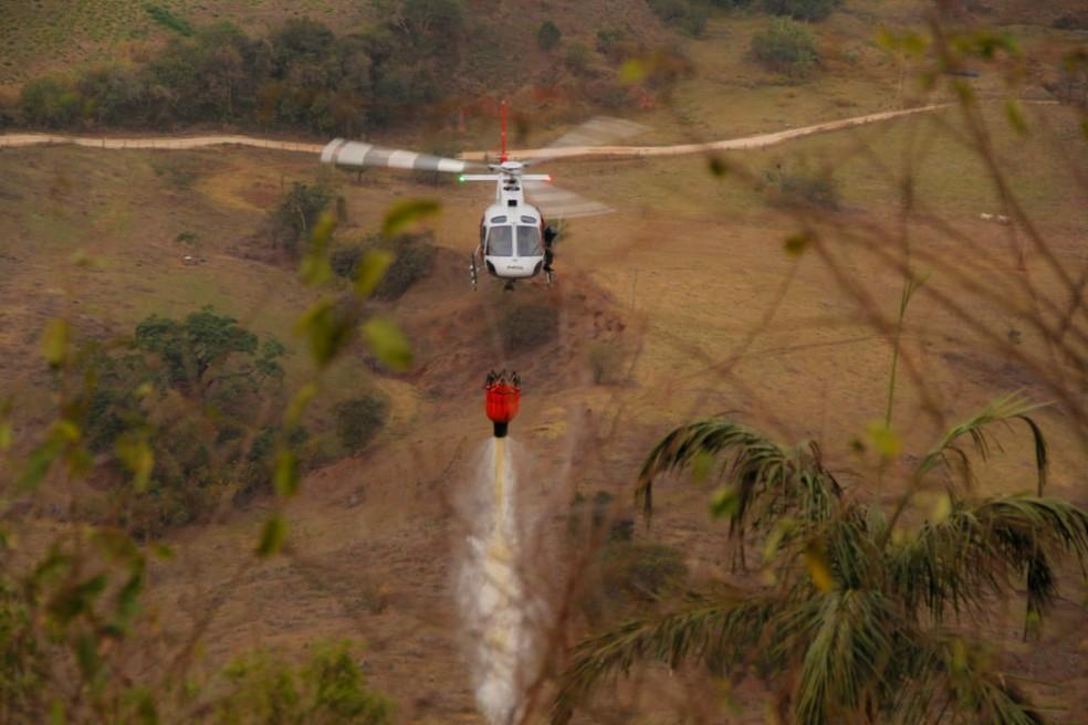 Helicóptero Águia, da PM, auxilia no combate a incêndio na serra de São Pedro — Foto: Pedro Gil/ Prefeitura de São Pedro