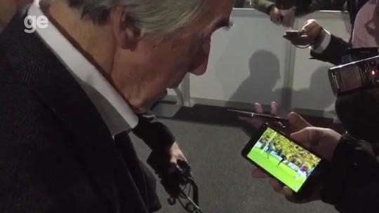 """Gordon Banks assiste à defesa de Grohe na semifinal do Grêmio e diz: """"Incrível"""""""