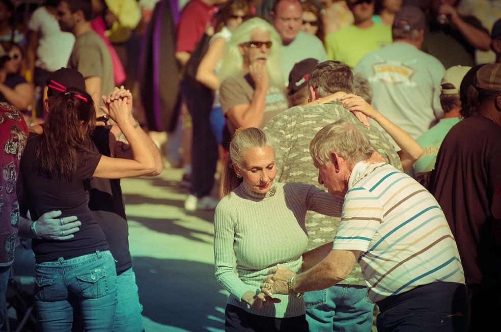 Pesquisa aponta que o otimismo é um ativo psicossocial com potencial para estender a expectativa de vida — Foto: https://commons.wikimedia.org/wiki/Category:Dancing_couples#/media/File:Earth_Day_Baton_Rouge_2012_Dancing_Couples.jpg