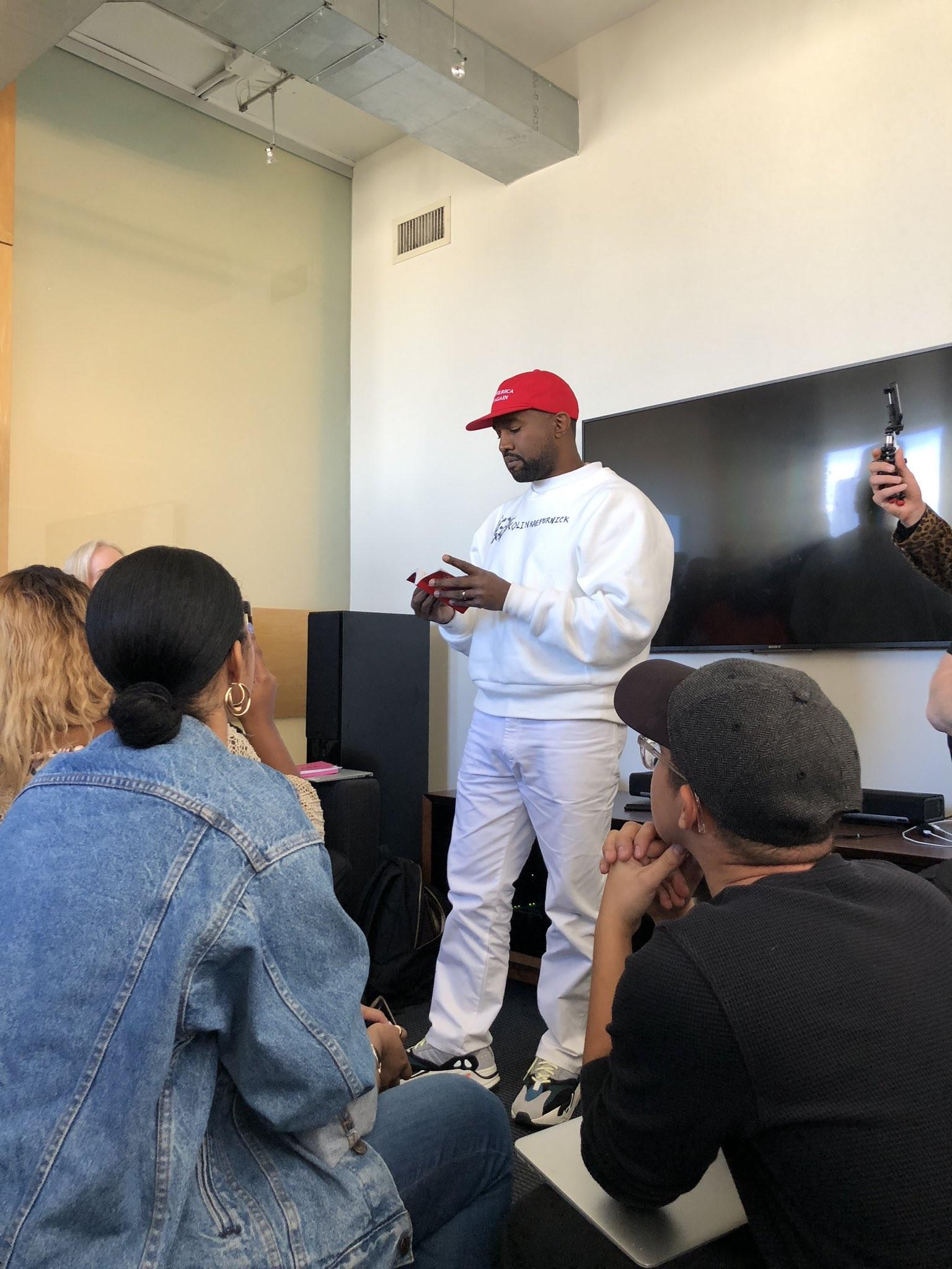 Kanye West usando o boné do slogan de Donald Trump e o moletom com o nome de Colin Kaepernick (Foto: Reprodução/Twitter)