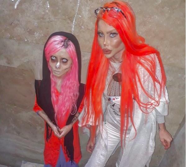 Sahar Tabar, conhecida como a Angelina Jolie Zumbi, e sua amiga Barbie Humana (Foto: Instagram)