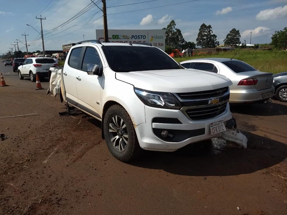 Com a batida, o motorista da caminhonete ainda perdeu o controle da direção e bateu contra um poste às margens da rodovia — Foto: Renan Gouvêa/RPC