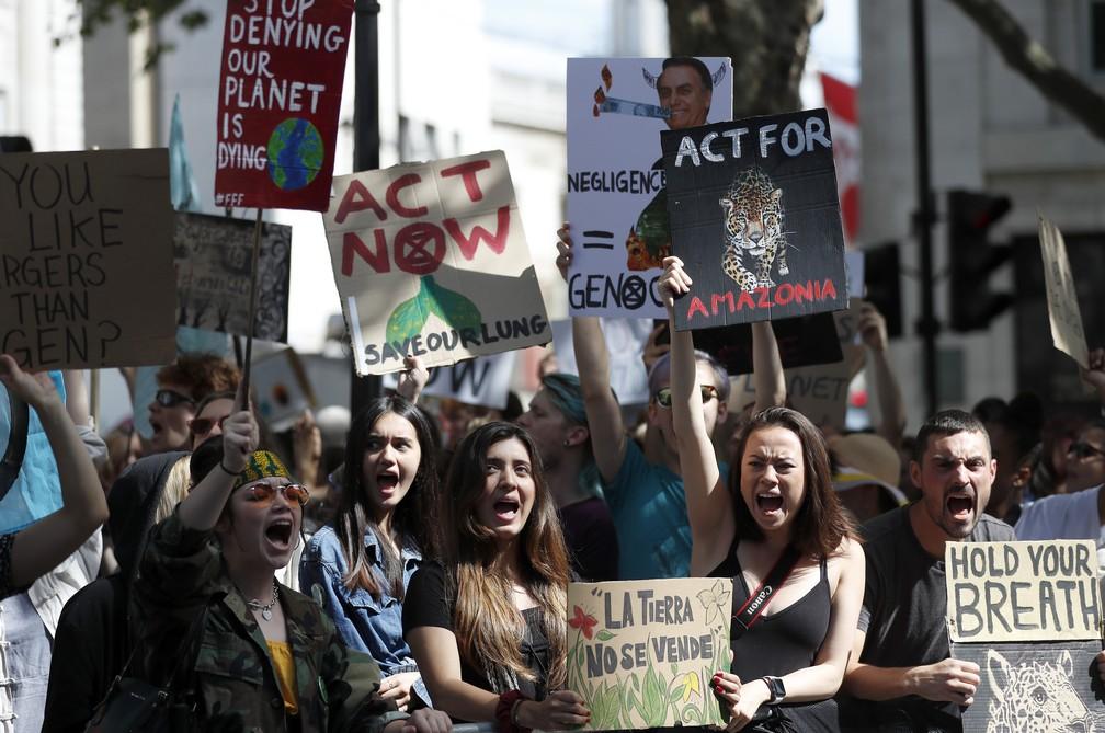 Manifestantes da Extinction Rebellion fazem protesto em frente à embaixada brasileira em Londres nesta sexta-feira (23). — Foto: Frank Augstein/AP