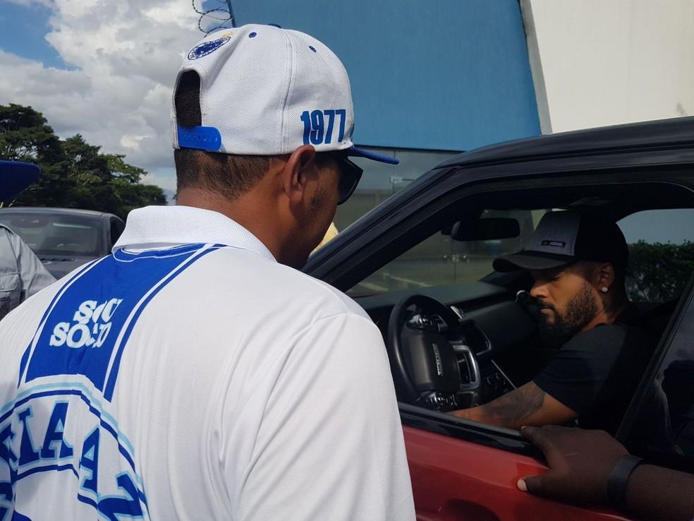 Torcedor do Cruzeiro cobra Bruno Silva após treino de terça-feira, na véspera do duelo com o Vasco (Foto: Thaynara Amaral)