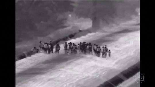 Câmeras de vigilância flagram enorme grupo de imigrantes se entregando na fronteira