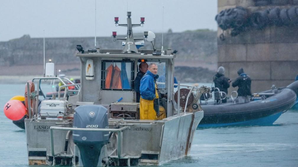 Pescador francês na ilha de Jersey — Foto: Reprodução/TV Globo