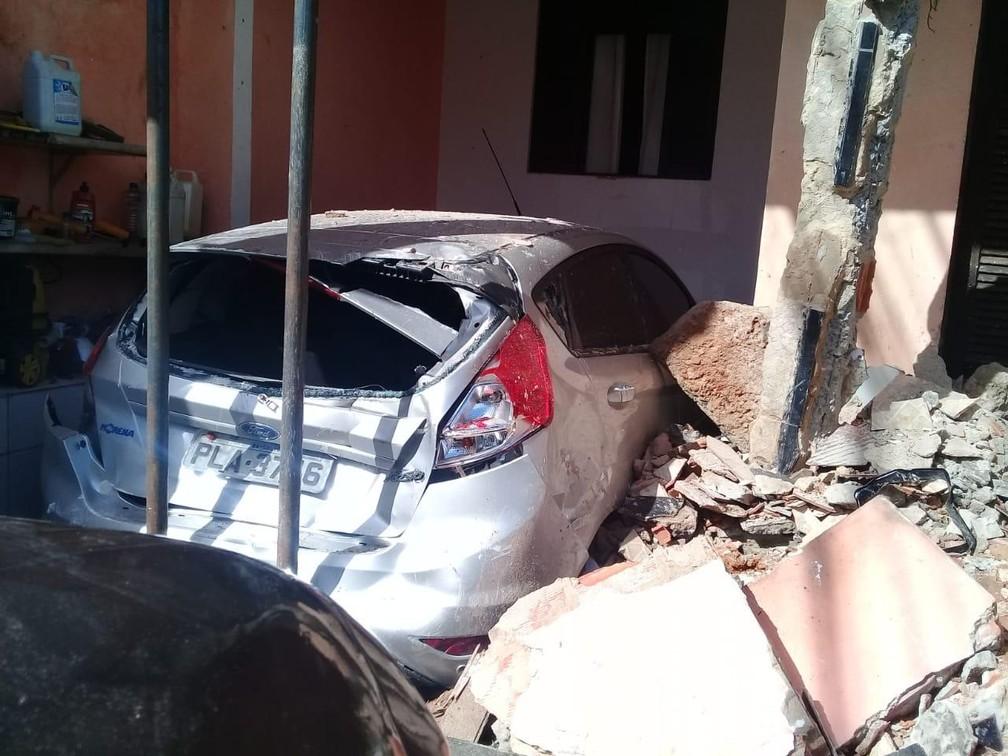 Caminhão invade casa e atinge carro em Salvador — Foto: Codesal