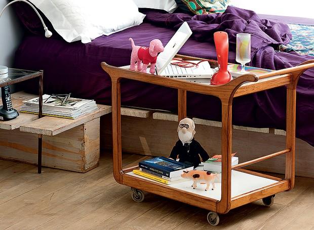 Notebook, telefone e copo com suco cabem em um só carrinho. A sugestão é aproveitar o rodízio para deixá-lo em um lugar permanente no quarto e, só pela manhã, removê-lo (Foto: Iara Venanzi)