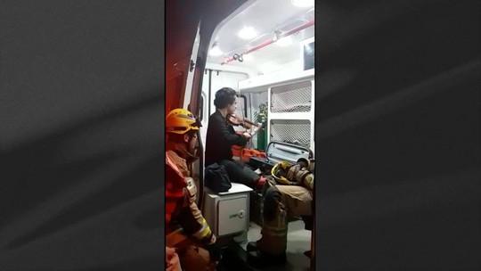 Vítima de acidente agradece bombeiros tocando violino no DF