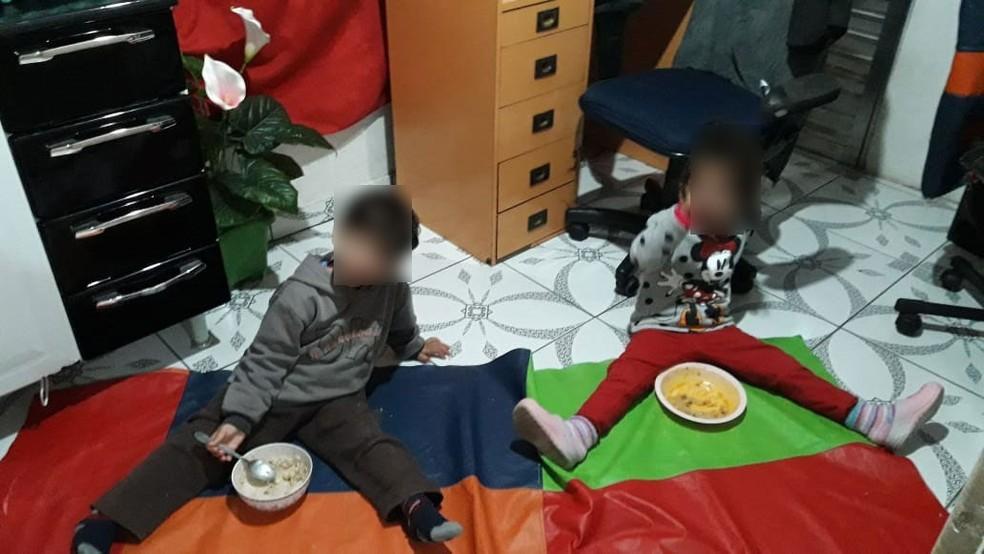 Crianças comiam no chão em creche particular de Itapecerica da Serra — Foto: Arquivo pessoal