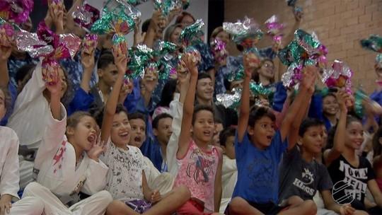 Alunos de projeto social de jiu-jitsu comemoram a Páscoa
