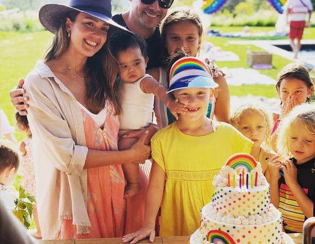 Jessica Alba com o marido e os três filhos durante a festa de 7 anos da filha do meio (Foto: Reprodução Instagram)