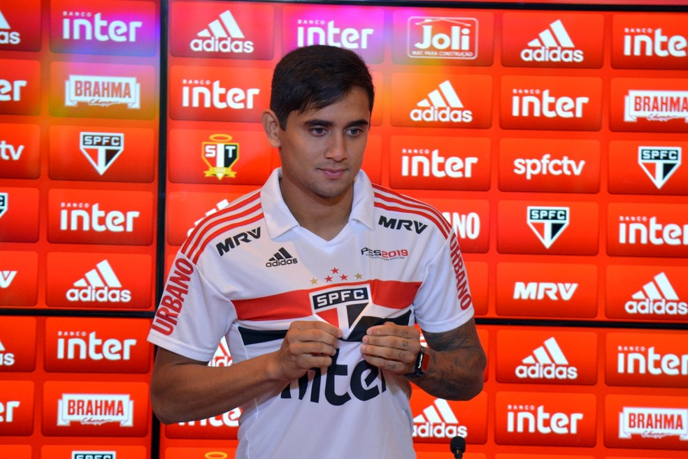 Everton Felipe veste pela primeira vez a camisa de jogo do São Paulo (Foto: Érico Leonan/saopaulofc.net  )
