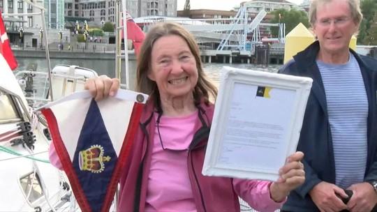 Aos 77 anos, britânica se torna a pessoa mais velha a dar a volta ao mundo navegando sozinha