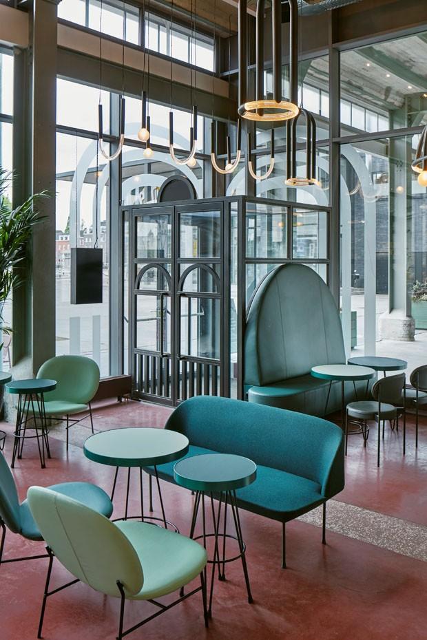 Restaurante construído em antiga fábrica combina décor industrial com cores vibrantes (Foto: Divulgação / Maarten Willemstein)