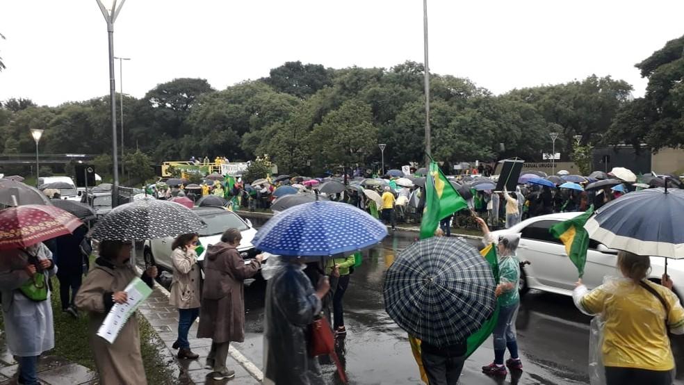 Avenida teve a pista ocupada nos dois sentidos no protesto em Porto Alegre — Foto: Marcos Hofmann/RBS TV