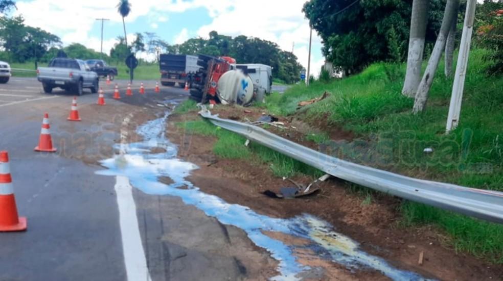 Caminhão que tombou em Herculândia transportava leite; carga e o combustível vazaram no acidente  — Foto: Portal Mais Tupã/ Divulgação