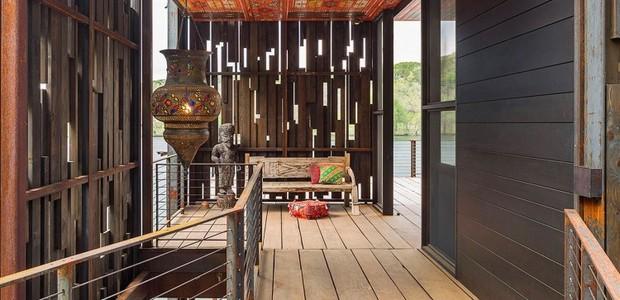 Na entrada, um lustre no estilo indiano recebe visitantes (Foto: Cocozy/ Reprodução)