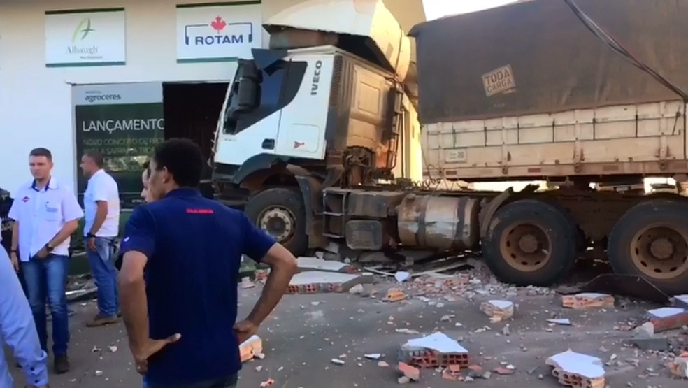 Funcionários da loja ficaram assustados com o choque provocado pela carreta — Foto: Éder Ferreira/ TVCA