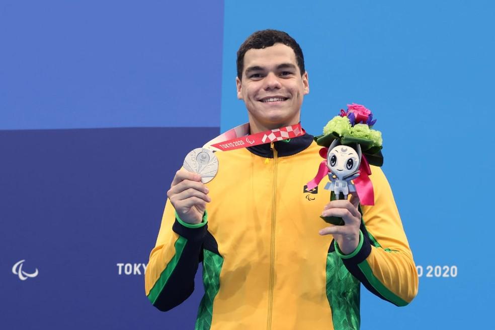 Gabriel Bandeira com a medalha de prata — Foto: Miriam Jeske/CPB @miriamjeske.photo