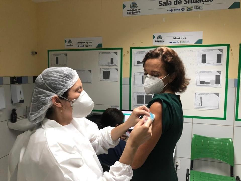Vice-governadora do Ceará Izolda Cela é vacinada contra a Covid-19 em Fortaleza
