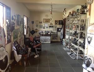 Seu Hércules guardou um espaço especial em casa para guardar os itens do Botafogo (Foto: Ana Cláudia Gonçalves/GLOBOESPORTE.COM)